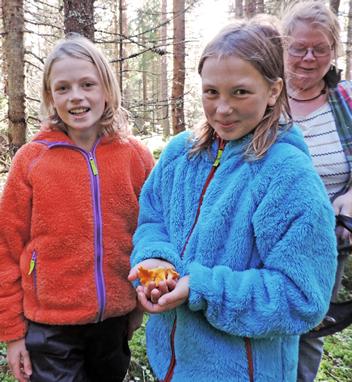 Barnen plockar med Åsa
